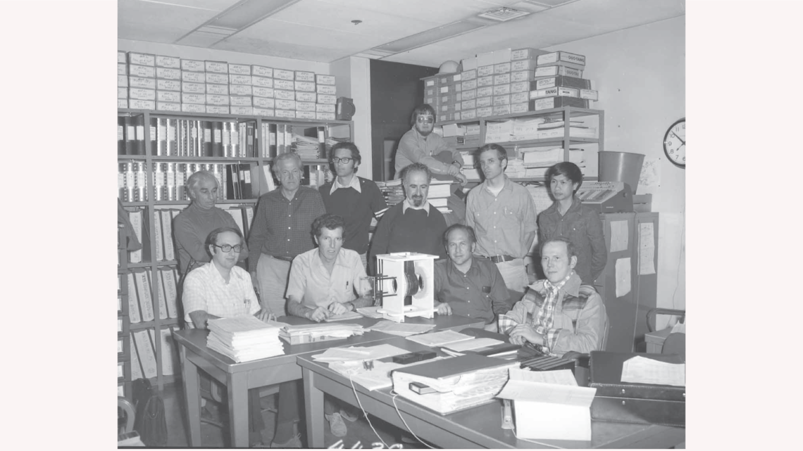 Leroy Schwarcz, standing left, with the streamer-chamber group at SLAC in 1976. (SLAC National Accelerator Laboratory Archives)
